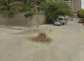 Buraco em avenida de Caruaru tem prejudicado moradores - Segundo moradores, alguns acidentes já aconteceram na via e eles pedem solução.