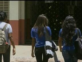 Alunos são assaltados na saída de escolas na L-2 Norte - A rotina dos estudantes mudou após os assaltos e agora eles só andam em grupo. Segundo a direção de uma escola, 11 alunos foram assaltados em dez dias e os pais estão preocupados.