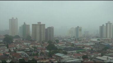 Terça-feira (5) será chuvosa e temperatura cai em Campinas e região - A frente fria que veio da Amazônia e causou chuvas nesta segunda-feira (4) continua agindo sobre a região de Campinas nesta terãça (5). A temperatura cai e a máxima deve ser 20º. A chuva continua, mas em menor intensidade.