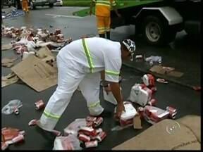 Moradores saqueiam carga de cerveja após acidente em Boituva - Alguns motoristas que passavam pela rodovia Castello Branco, na região Boituva (SP), e moradores saquearam a carga de um caminhão após tombamento na tarde desta segunda-feira (4). O veículo estava carregado com cervejas.