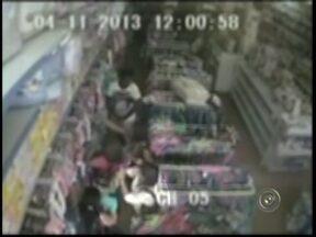 Polícia procura mulheres suspeitas de furto contra idosa em Itapetininga - A Polícia Civil de Itapetininga (SP) investiga o paradeiro de três mulheres suspeitas de furtarem dinheiro de uma idosa no Centro de Itapetininga (SP). O crime ocorreu nesta 2ª feira (4) e a ação foi registrada pelo circuito de câmera de uma loja.