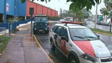Carro forte é roubado na porta de hipermercado em Ribeirão Preto - Empresa chegava para abastecer o caixa-eletrônico quando funcionários foram rendidos.