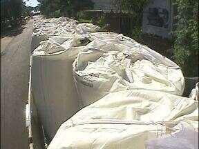 PRF apreende caminhão carregado com mercadorias contrabandeadas do Paraguai - Os produtos estavam escondidos no meio de uma carga de farinha. A apreensão foi no posto de fiscalização de Santa Terezinha de Itaipu.