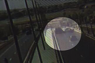 Câmeras flagram imprudências e acidentes na GO-060; veja vídeo - Em uma das colisões, motociclista é prensado entre carreta e caminhonete. Instalado há 4 meses, monitoramento reduziu 40% das ocorrências, diz PRE.