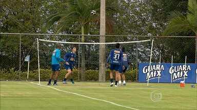 Veja como foi a reapresentação do Cruzeiro na Toca da Raposa - Debaixo de chuva, jogadores do Cruzeiro se reapresentaram na Toca da Raposa na manhã desta quarta-feira, e receberam a visita de dois jogadores que foram campeões pelo time celeste.