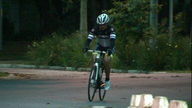 Atleta faz 500 km de bicicleta ao redor de praça na USP - Caco realiza mil voltas na chamada 'praça bolinha' e bate seu recorde