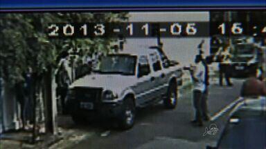 Jovem tentar furtar carro e acaba ficando preso dentro do veículo - Adolescente passou mais de uma hora dentro do carro enquanto os moradores chamavam a polícia.