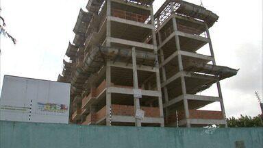 Moradores denunciam demora para entrega de apartamentos já pagos - Caixa nega ter financiado apartamentos atrasados.