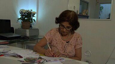 Professora aposentada mantem contato com amigos escrevendo cartas - Tem dia que Zelita Myrthes Iozzi Ignácio chega a colocar no correio dezenas de cartas