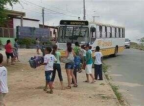 Crianças são prejudicas por falta de estruturaaa de transporte escolar - Estudantes da Vila Cipó, em Caruaru, que precisam de transporte para ir para escola sofrem com a estrutura precária. Superlotação também é problema.