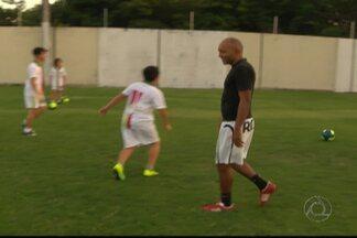 Mesmo de férias, Gil Bala e Genivaldo não largam o futebol - Meia e goleiro do Botafogo-PB se divertem com a bola nos pés ou jogando futebol no vídeo-game.