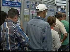 Apostadores lotam casas lotéricas de Itapetininga em busca dos R$ 75 milhões - Nesta quarta-feira (6), o movimento de apostadores nas casas lotéricas de Itapetininga (SP) era intenso. Tudo isso porque a Mega-Sena iria sortear um dos maiores prêmios R$ 75 milhões.