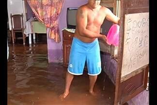 Chuva forte de ontem a tarde provocou alagamentos em quase toda a capital - Hoje pela manhã, em vários bairros, moradores ainda retiravam água de dentro de casa.