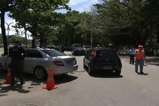 Dezesseis motoristas são multados e 5 carros apreendidos em primeiro dia de blitz do IPVA - Segundo a Secretaria da Fazenda, quase meio milhão de donos de carros estão sem pagar o imposto.