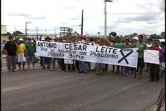 Comerciantes fecham rodovia em protesto a reintegração de posse - Mais de 300 comerciantes se reuniram na frente do fórum da cidade. Justiça solicita reintegração de posse dos terrenos.
