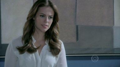 Paloma fica indignada com as decisões de Félix no hospital - Ela quer que ele volte atrás no fechamento da ala beneficente. Félix repara que Herbert está desanimado