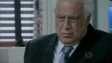César não acredita em Edith e a expulsa de seu consultório - Ele acha que toda a história do abandono de Paulinha é invenção dela, mas fica pensativo. Wagner procura Edith