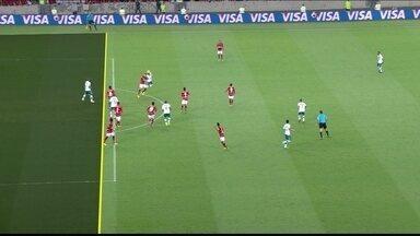 Davi cobra falta na área, mas árbitro marca impedimento aos 21 do 1º tempo - Davi cobra falta na área, mas árbitro marca impedimento aos 21 do 1º tempo