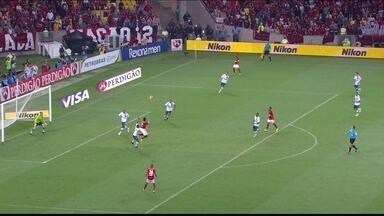 Léo Moura cruza na área para Hernane, mas atacante cabeceia para fora aos 3 do 1º tempo - Léo Moura cruza na área para Hernane, mas atacante cabeceia para fora aos 3 do 1º tempo