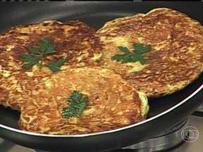 Verduras e legumes são ótimos complementos para omeletes - É possível misturar verduras e legumes aos ovos e fazer um delicioso omelete. São opções o mix de cenoura, vagem e chuchu, o tomate, a cebola e o alho.