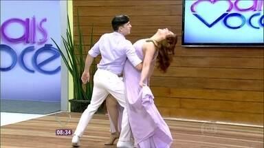 Claudia Raia mostra trecho do novo espetáculo musical ao lado do namorado - Atriz dá um show de sapateado na abertura do Mais Você