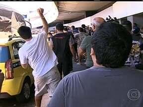 Torcedores do Botafogo atiram ovos contra o ônibus da equipe na chegada ao Rio - Fluminense e Botafogo chegam no aeroporto após derrotas no Brasileirão.