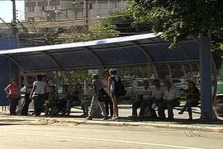 Novos abrigos são instalados em pontos de ônibus em Goiânia - Durante dias os passageiros do transporte coletivo tiveram que esperar sob sol e chuva nos pontos de ônibus da capital. Agora, com os novos abrigos, eles reclamam que os problemas não acabaram.