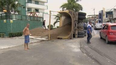 Caminhão carregado de seixo tomba em rua e fere motorista em Manaus - Segundo motorista, de 47 anos, o freio do veículo falhou.