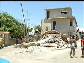 Cilindro de gás explode e destrói casa em São Pedro da Aldeia, RJ - Moradoras sofreram apenas escoriações leves.