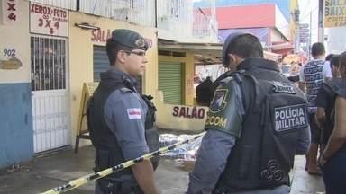 Homem é assassinado a tiros dentro de restaurante em Manaus - Vítima estava na companhia da esposa quando foi morta.Polícia trabalha com a hipótese de execução.