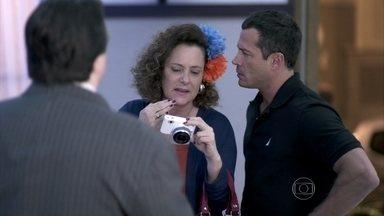 Bruno e Márcia chegam ao culto e procuram Efigênio - Elias pede para acompanhar Gina depois do culto. Márcia olha a foto antes e reconhece Félix, mas de outro momento. A ex-chacrete fica nervosa
