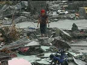 Milhões de filipinos dependem da ajuda humanitária de outros países - As Nações Unidas afirmaram que serão necessários o equivalente a US$ 300 milhões para socorrer o país. Estradas estão bloqueadas e muitos locais estão completamente isolados após tufão.