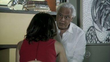 César quer desmascarar Félix para Pilar e Paloma - Ele confessa para Aline que não quer só o bem de Paloma, mas que pretende voltar a presidir o hospital
