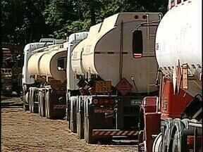 Quatro pessoas são presas acusadas de desvio de combustível - A quadrilha roubava álcool dos caminhões e vendiam a R$ 1,00 o litro. O flagrante foi em Porecatu, a 90 km de Londrina.