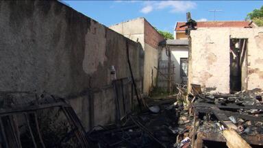 Casal de idosos morre após casa pegar fogo - Foi ontem à tarde no bairro Mercês, em Curitiba.
