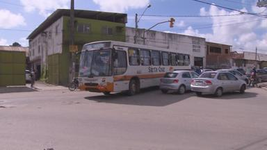 Trânsito caótico aumenta risco de acidentes em Cavaleiro - Pedestres, carroceiros, ciclistas, carros e motos andam misturados no local.