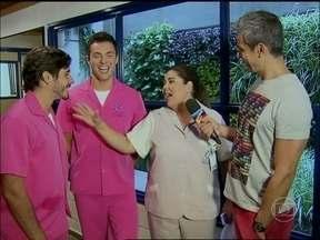 Otaviano mostra os novos uniformes do hospital San Magno - Veja os bastidores da cena polêmica de Amor à Vida
