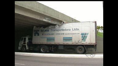 Caminhão acima da altura permitida fica preso em viaduto de Vitória - Viaduto da Fernanda Ferrari tem limite de 3,9 metros de altura.Caminhoneiro foi multado após o incidente.