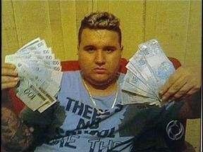 Bandido posta fotos de armas e dinheiro na internet e é flagrado pela Denarc - Policiais fizeram apreensão na casa e no lava-rápido de Jonatas Wesley Batista, que foi preso por posse ilegal de armas.