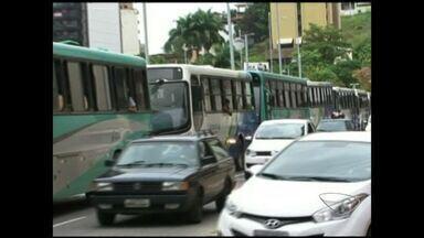 Manisfestantes param trânsito em Cachoeiro de Itapemirim, Sul do ES - O trânsito ficou parado cerca de duas horas e meia. Os motoristas de ônibus pararam os veículos impedindo a passagem dos demais automóveis.Ele pediam aumento salarial.