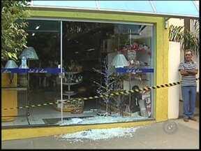 Explosões de caixas automáticos deixam cidades sem bancos no noroeste paulista - A polícia tem mudado a estratégia de patrulhamento por causa da explosão de caixas automáticos. Em menos de dez dias, quatro terminais foram detonados. Em alguns casos, as agências atacadas são as únicas da cidade