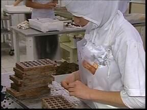 Venda de chocolate aumenta no período do Natal - O chocolate também se tornou uma ótima opção para presente de Natal. Os comerciantes e donos de fábricas da região comemoram o aumento significativo das vendas.
