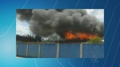 Grupo ateia fogo na casa do prefeito de Tapauá durante protesto no AM - Segundo manifestantes, salários de servidores estão atrasados há 2 meses.Não havia ninguém na residência; prefeito pediu reforço policial para o local.