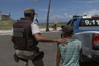 Menores são apreendidos após assalto a turista, em Salvador - Caso ocorreu no bairro da Barra. Equipe de reportagem registrou momento da apreensão.