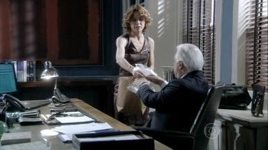 Simone entrega a xícara com a digital de Félix para César - O pai se revolta com o filho por ter contratado Anjinho