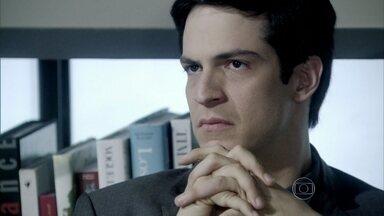 Félix se nega a demitir Anjinho - César se sente humilhado. O médico vai até o delegado Assis e pede para ele tentar encontrar as digitais de Félix na echarpe de Paloma