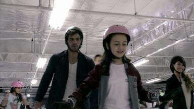 Ninho convence Paulinha a fazer um programa diferente com ele - A menina diz que tem hora para voltar para casa, mas topa a proposta