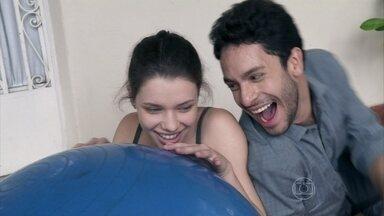Rafael presenteia Linda - Ele leva uma grande bola azul para ela poder brincar. Amadeu assiste à tudo satisfeito com a felicidade da filha. Neide pede para Leila afastar o advogado da moça