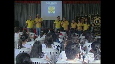 Jovens se reúnem para trabalho voluntário, no Sul do ES - Um grupo de jovens se reuniu em uma escola de Cachoeiro de Itapemirim para ajudar o próximo.