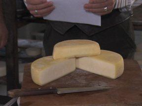 Aprenda a fazer queijo com o sabor de Minas Gerais - Maria do Rosário do Carmo quer fazer no Paraná um queijo com o sabor de Minas, mas o máximo que consegue é o sabor do frescal. Um produtor de queijo fala sobre o assunto. Publicação do Emater ensina a fazer queijo artesanal.